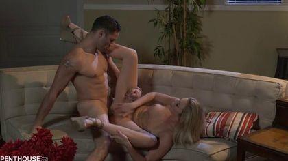 Романтический вечер с блондинкой завершился громкими криками и оргазмом #4