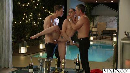 Два мужика возле бассейна выебали в два члена красавицу в красном платье #5