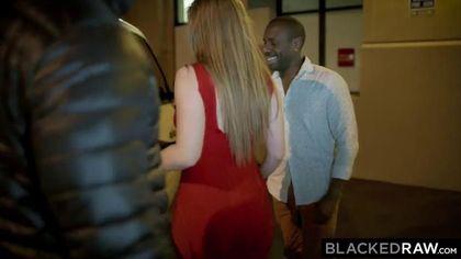 Красавица в красном платье поебалась в два члена с симпатичными неграми #1