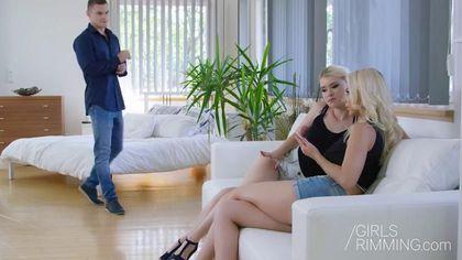 Блонди делает нежный анилингус женатому соседу раком и хочет пососать его член #1