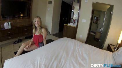 Красотка снимается в домашке лучшего друга и ловит в постели оргазм #1