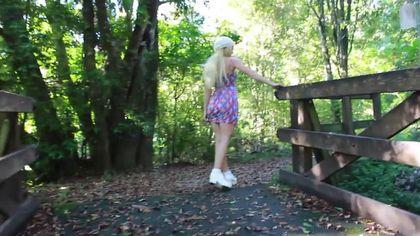 Девка на природе стягивает белые стринги и вставляет анальную пробку в попец #7
