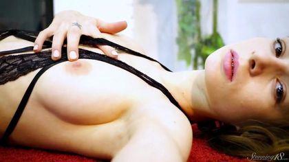 Девушка снимает кружевной купальник и черные туфельки, показывая сиси и писю #7