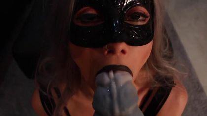Девушка в маске отлично принимает в анальной дырочке самотык #2
