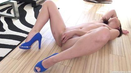 Модель в синих туфлях подрочила на ламинате красивое влагалище #4