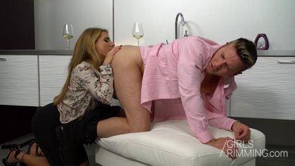 Милфа падает на колени перед начальником и вылизывает его упругое очко #6