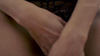 Девушка залезла рукой под черные кружевные трусики и поиграла с писей #1