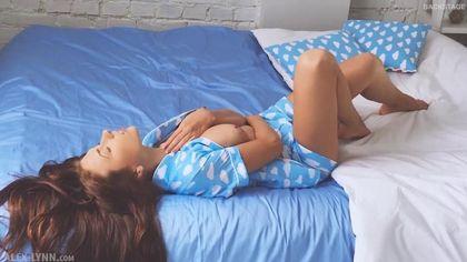 Латинка снимает голубую пижаму и трясет стоячими сисечками перед видеокамерой #4