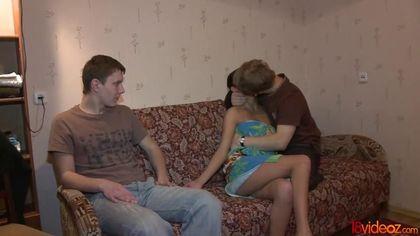 Девушка наслаждается секс-изменой с курьером перед удивленным мужем #4
