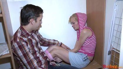 Девушка в полосатой кофте дает перед бойфрендом хуястому пацану #1