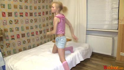 Девушка в полосатой кофте дает перед бойфрендом хуястому пацану #3