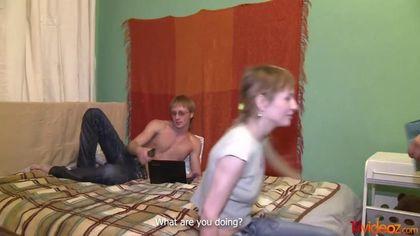Две девушки соблазнили пацанов и соснули им на кровати вставшие палки #2