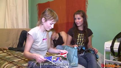 Две девушки соблазнили пацанов и соснули им на кровати вставшие палки #3
