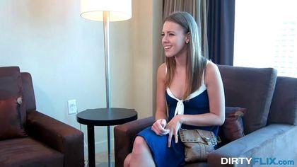 Стройняша снимает на собеседовании синее платье и готовится к проебу #1