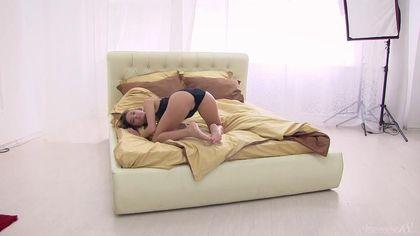 Муж снимает жену раком в кровати во время отличной мастурбации #1
