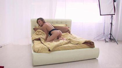 Муж снимает жену раком в кровати во время отличной мастурбации #6