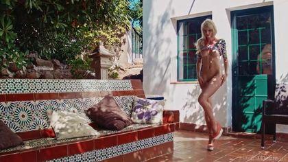 Девка в оранжевых туфлях во дворе дома мастурбирует пиздюшку #4