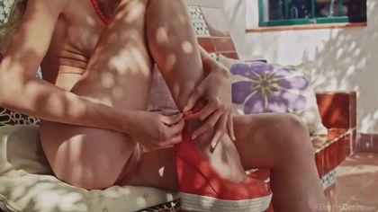 Девка в оранжевых туфлях во дворе дома мастурбирует пиздюшку #5