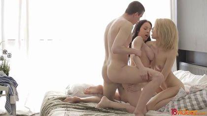 Парень по очереди доводит до оргазма двух стройных подруг и сливает им в горло семя #8