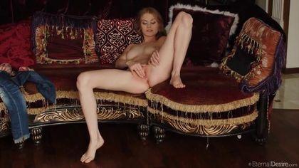 Девушка на софе нежно трет пальчиками мягкую розовую писечку #10