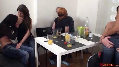 Мужики напоили девок на домашней вечеринке и получили классную оргию #2