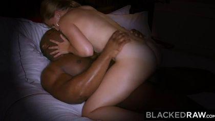 Белая работает горячей глоткой по черному пенису ебаря #7