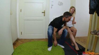 Брюнет в джинсах и черной майке лижет на стуле соседке бритую щель #3