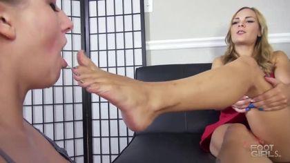 Красавица сосет ротиком пальцы ног у блондинки в красном платье #5