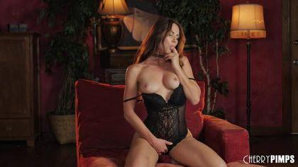 Красотка в черном белье на красной кушетке трет руками теплое влагалище #2