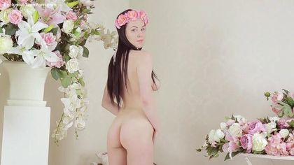 Девушка с розовым венком на голове играет с бритой ватрушкой #4