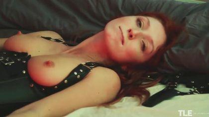 Деваха в кожаном белье мастурбирует в комнате бритую пизденку #10