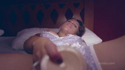 Пьяная девка в корсете сует пластиковый дилдо на кровати в пизду #10