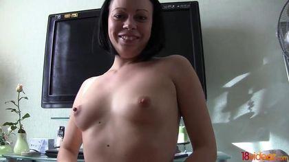Жена согласилась перед объективом камеры соснуть мужу пенис и сесть на него бритой щелью #1