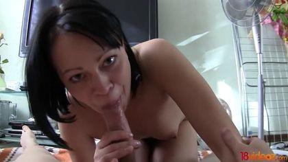 Жена согласилась перед объективом камеры соснуть мужу пенис и сесть на него бритой щелью #5