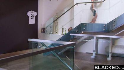 Черный снял серую футболку и шорты, чтобы оттрахать одинокую соседку #1