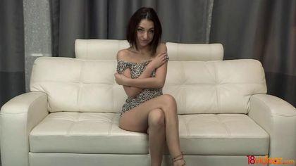 Пацан стягивает леопардовое платье с подружки и хочет выебать ее в пукан #1