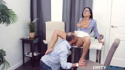 Мужик падает на колени перед секретаршей, задирает ее белую юбку и ласкает язычком нежное влагалище #5