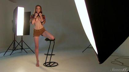 Модель раздевается на барном стуле в студии и светит упругой пилоткой #3