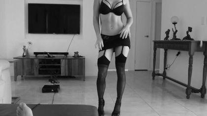 Девка растягивает задний проход на члене почтальона на полу гостиной #2