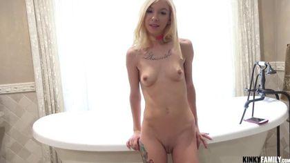 Красавчик в ванне снимает трусики с худой блонды с тату на груди и лижет до блеска ее писюлю #4
