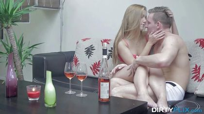 Пара выпила по бокалу красного вина и занялась оральным сексом #1