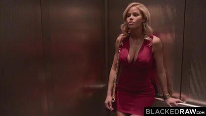 Белая в красном платье замутила ночной секс с негром и его здоровенной палкой #2