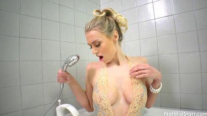 Красотка намыливает в ванной упругие сисечки и возбуждается #2