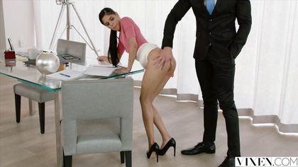 Сотрудница бухгалтерии в розовой блузке ебется с мускулистым начальником на столе #3