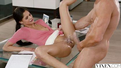 Сотрудница бухгалтерии в розовой блузке ебется с мускулистым начальником на столе #7