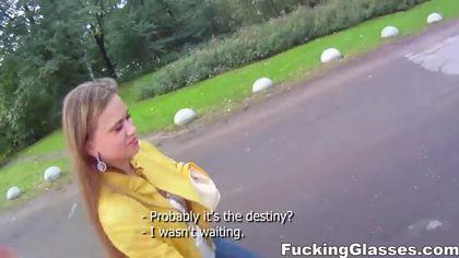 Пикапер на улице дал за щеку девушке в желтой куртке толстый пенис #2