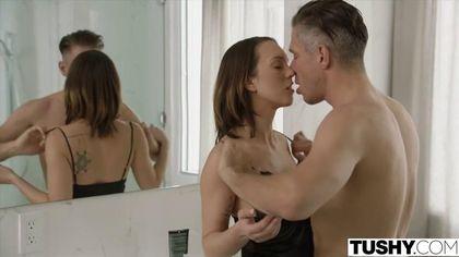 Муж напился и вырубился, а его друг пошел в ванну, где оттрахал его жену в писюлю #3