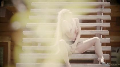 Блонди показала стриптиз на улице на деревянных ступеньках #5