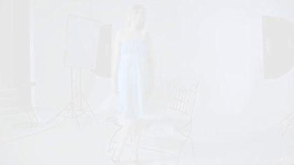 Натурщица в студии на металлической лавке снимает трусики и голубое платье #1