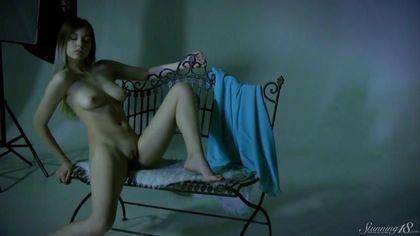 Натурщица в студии на металлической лавке снимает трусики и голубое платье #9